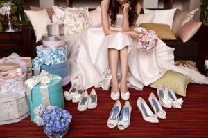 結婚式の靴選びに悩む花嫁