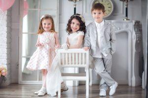 tres niños en la fiesta